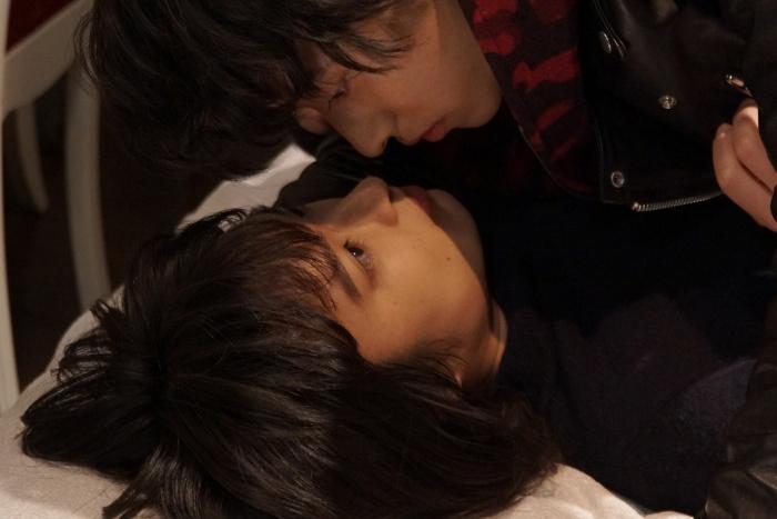宰子の部屋でキス